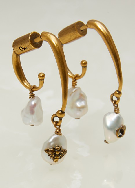 DiorBoucles d'oreilles asymétriques perle et abeille « Tribale Native »