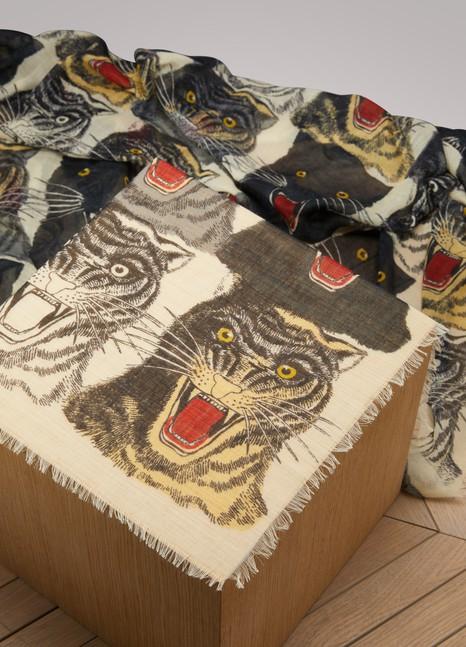 GucciChâle en laine et soie à imprimé tête de tigre